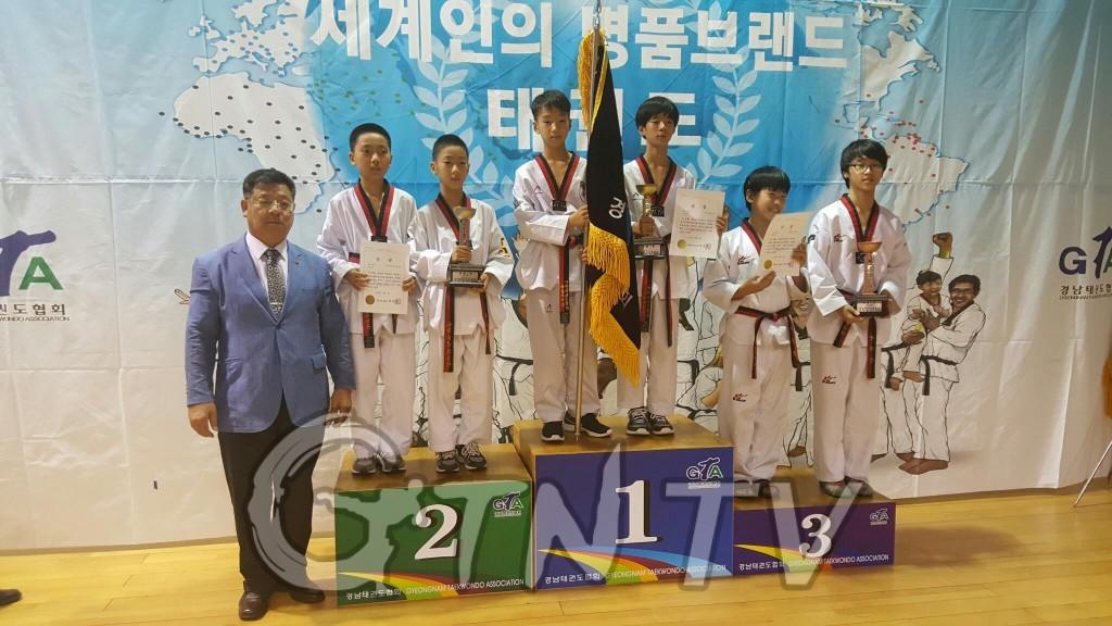 최낟ㄱ덕 경태협회장 시상후 기년사진